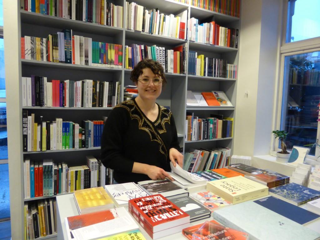 Leder av Bergen Kunstsenter Anthea Buys synes det er flott med bokhandleren som har plass i ene hjørnet.