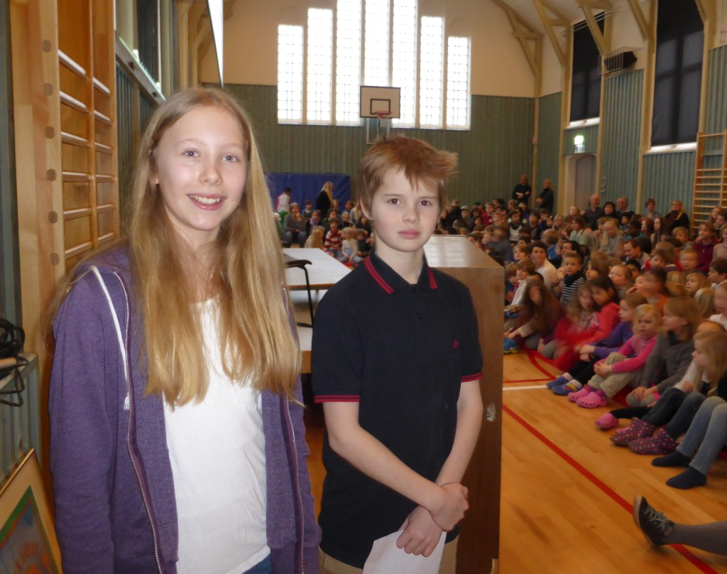Dina og August ledet elever, lærere og inviterte gjennom åpningsfesten av ny gymsal på Nordnes skole