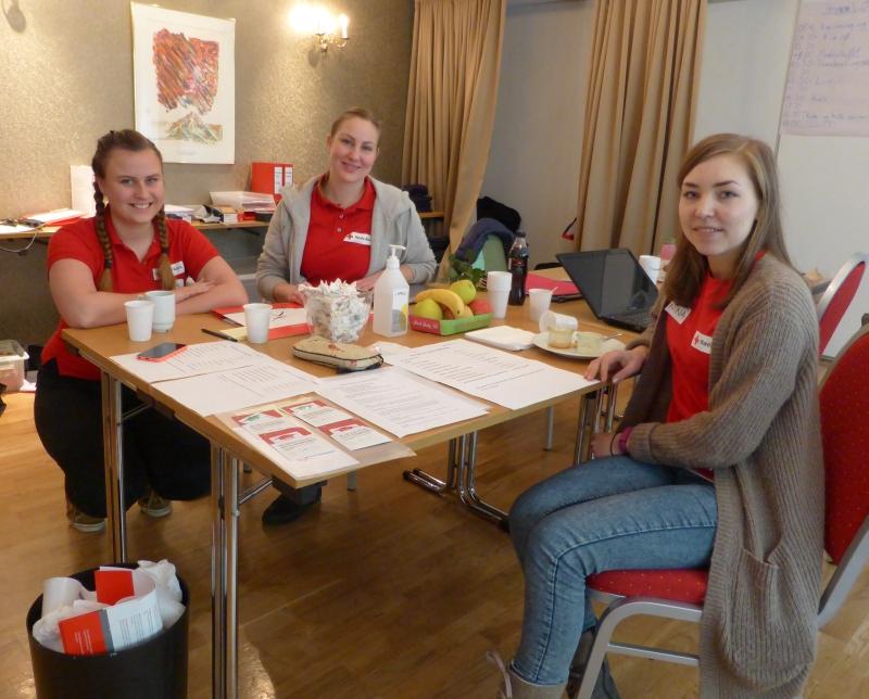 Fra Venstre: Kaja Sviland, Merete Benestad og Nina Ege holder kurshelgen under kontroll fra Stabsrommet.
