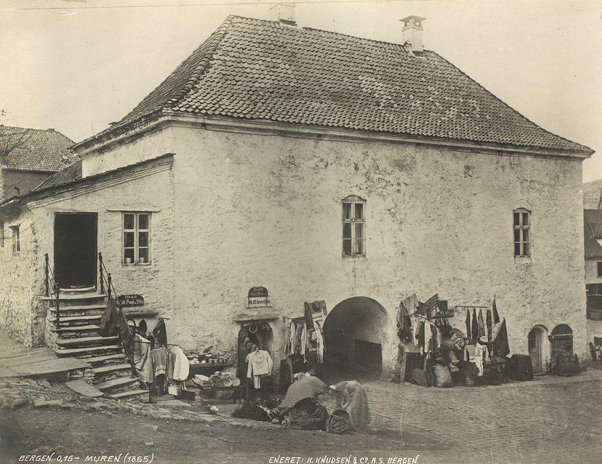 Muren fotografert rundt 1865. Fotograf: Knud Knudsen. Arkivet etter Formannskapet, Bergen Byarkiv