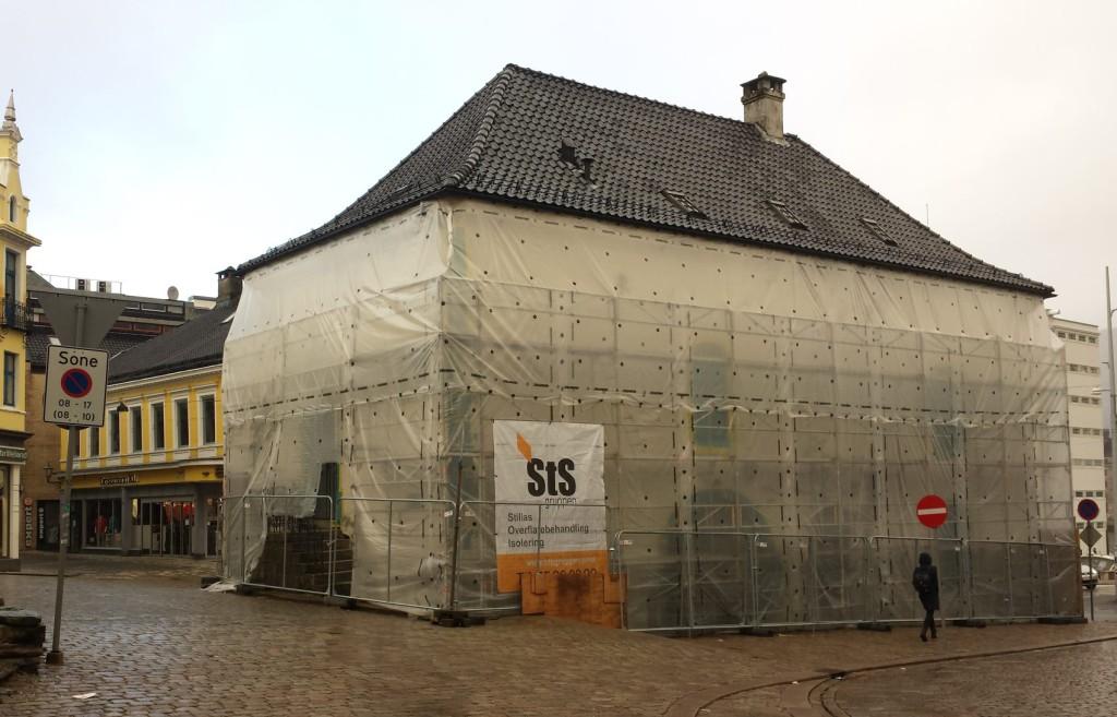 To av sidene av Muren har fått stillas. Til 17. mai skal disse være tatt ned, og etterpå skal de to siste sidene tas.