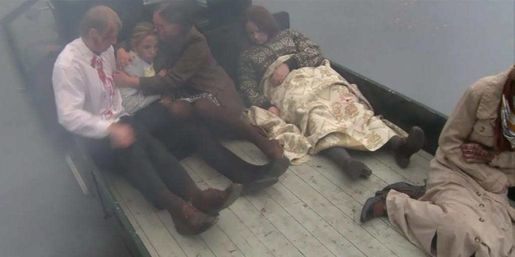 Scene fra filmen: De mange skadde fraktes til sykehus i de kjøretøyene som var tilgjengelig.