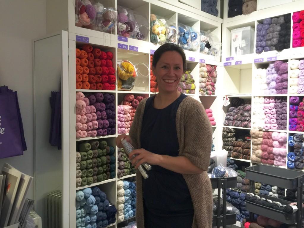 Bildetekst: Eier av butikken Strikkelykke, Silje Carlsen Vågenes, har skaffet seg en fast kundegruppe i Gågaten. Foto: Amalie Espedal Vossgård