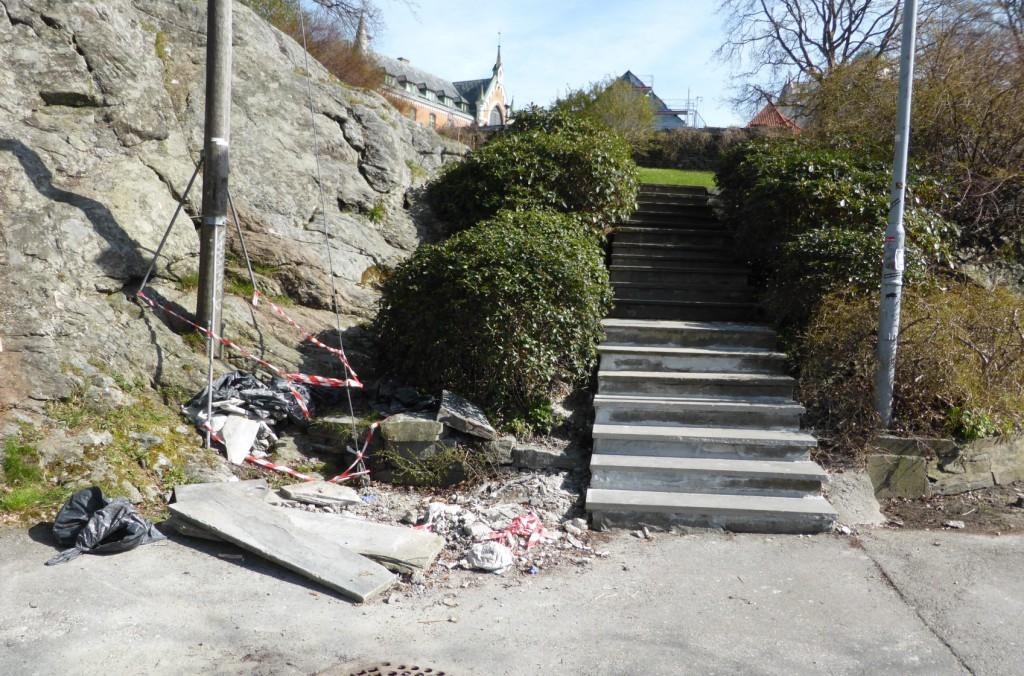 Etter at trappen ble fikset, er likevel ikke hele jobben gjort. Foto: Eva Johansen