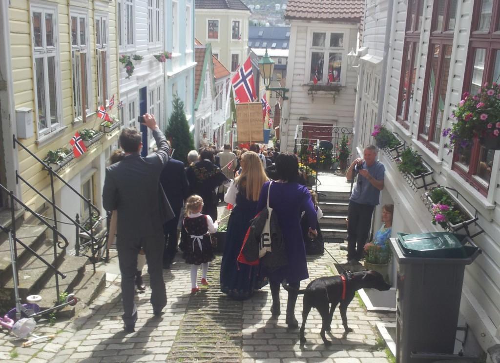 Her er 17. mai-toget på Nordnes i fjor.  Foto: Susanne Rislå Andersen