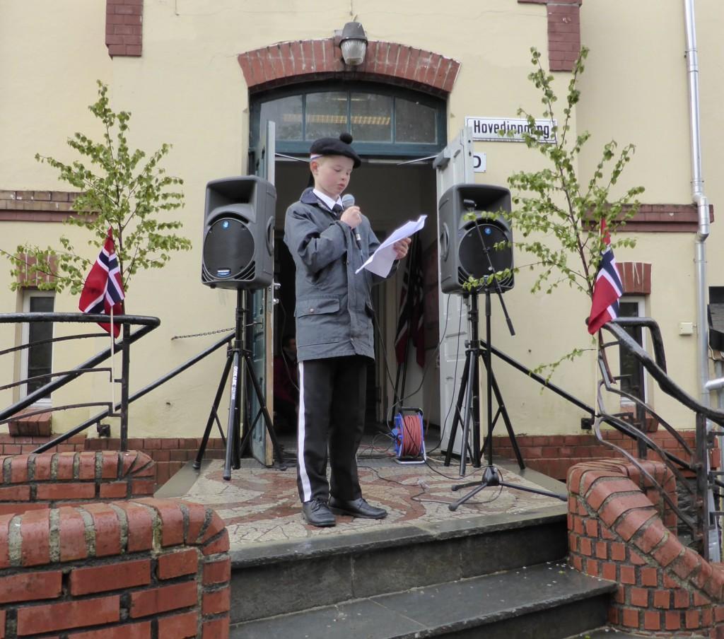 August Trønnes (12) holdt dagens tale på formiddagens 17. mai-arrangement på Nordnes skole. Foto: Eva Johansen