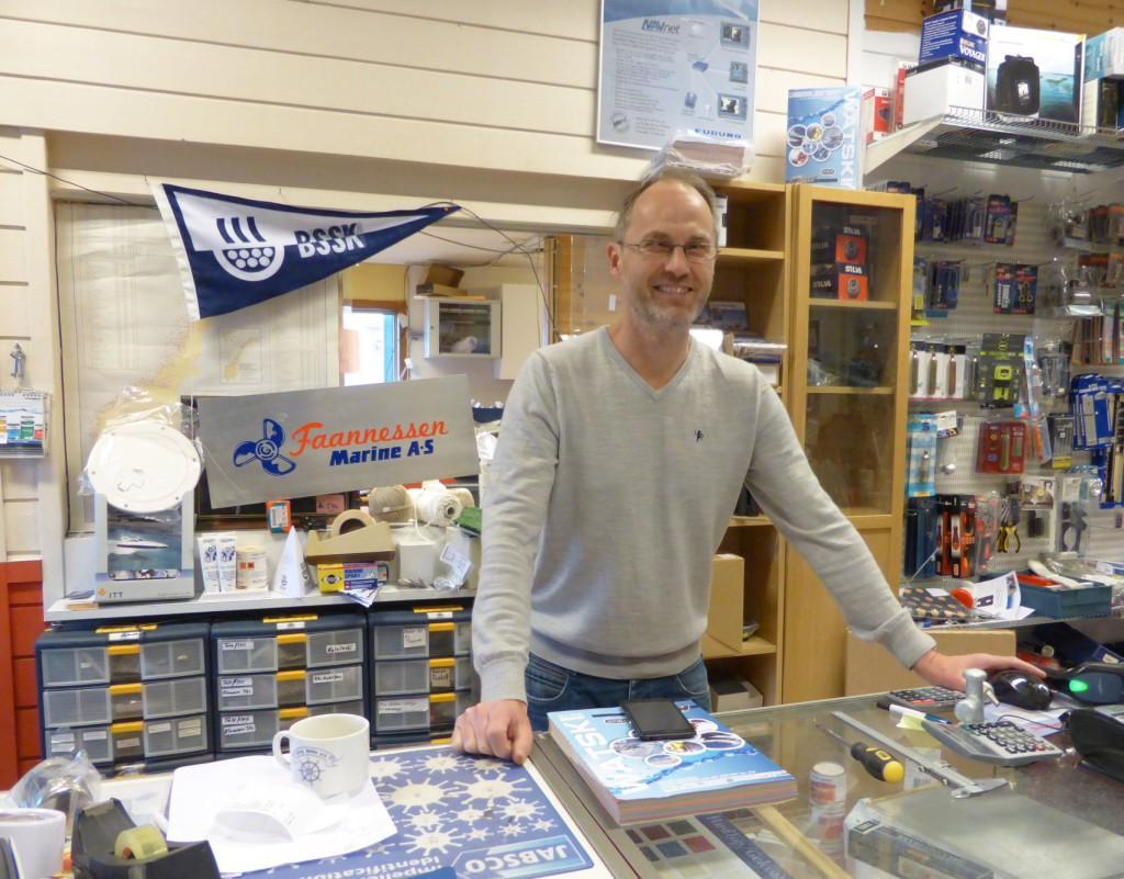 Rune Bjørklund i butikken er glad for å ha fått flere kolleger. Bak ser vi det nye navnet og logoen til bedriften., Faannessen Marine AS. Foto: Eva Johansen