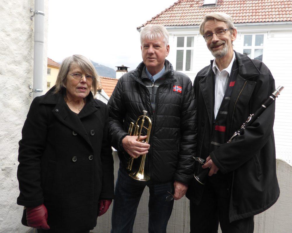 Torill Fosse, Helge Mikkelsen og Eivind Tafjord har vært med i korpset i henholdsvis 49, 52 og 50 år. Foto: Eva Johansen