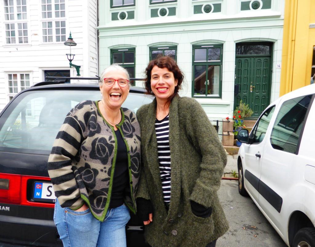 Hanne Indrehus og Maria Prestmo brenner for et levende lokalmiljø og vil ta Klosterplassen tilbake fra bilene. Foto: Eva Johansen