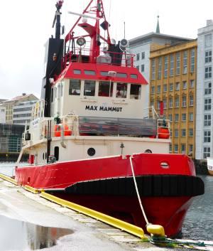 Max Mammut er en av båtene som skal dra lekteren på plass ved Bryggen. Foto: Eva Johansen