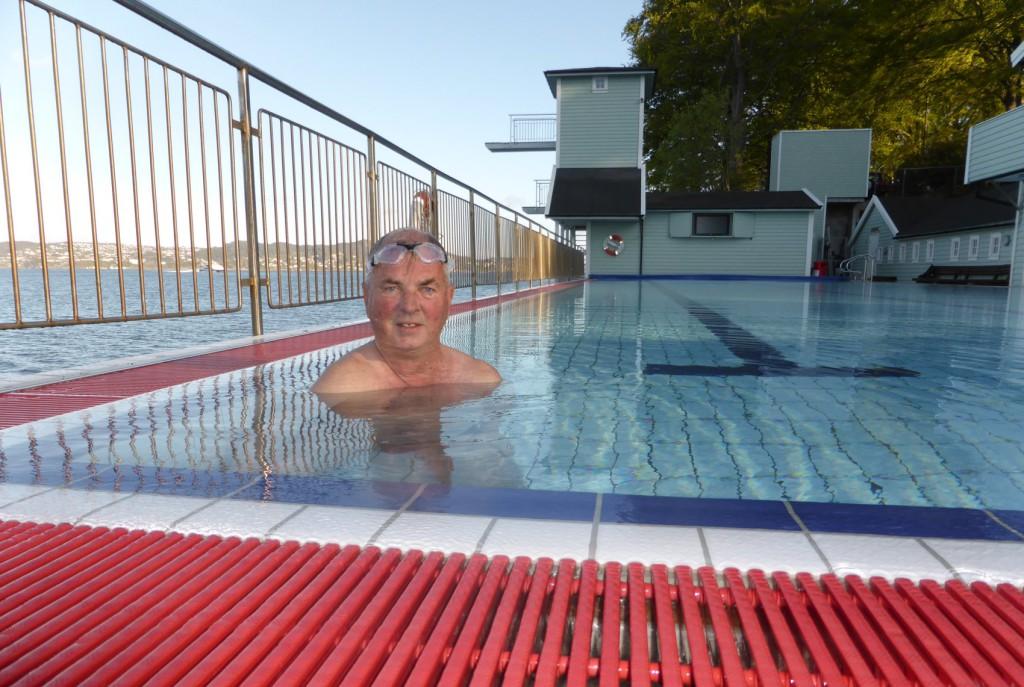 Arne Ådland (snart 76) er på plass hver eneste morgen i bassenget.  Her er på åpningsdagen. Foto: Eva Johansen