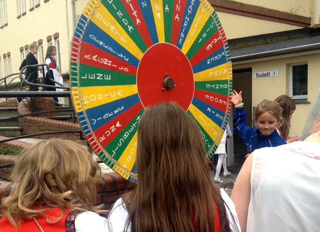 Leker og moro på skoleplassen 17. mai i fjor. Foto: Privat