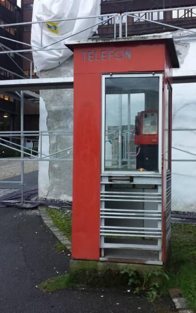 Nedenfor Nykirken finner du en av to telefonkiosken på Nordnes. Foto: Eva Johansen