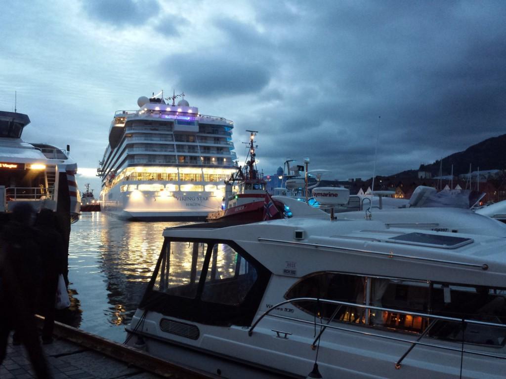 Her ser vi hvor ruvende båten blir når den ligger helt inne i Vågen. Foto: Eva Johansen