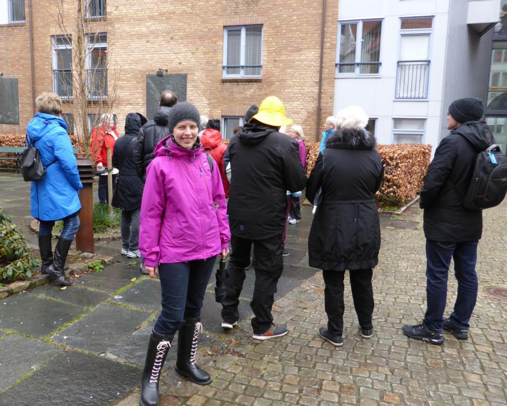 Cecilie Mortensen fra Åsane kom tilfeldigvis over disse turene, og synes det er veldig interessant for hun holder på med slektsgranskning. Foto: Eva Johansen