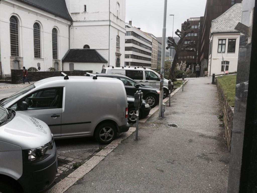 Her parkerer Murmester Tor Pedersen arbeidsbilene i dag. Foto: Tom Pedersen