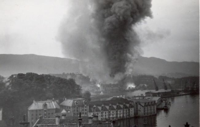 Wulfsgården og Nagelsgården 15. juni 1940. Foto: Arne Berge Fra Åse Løvaas Pedersen samling / Fotomuseum.bergen360.no