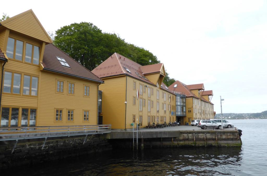 Nifes holder til i sjøbodene i begynnelsen av Nordnesparken. Foto: Eva Johansen