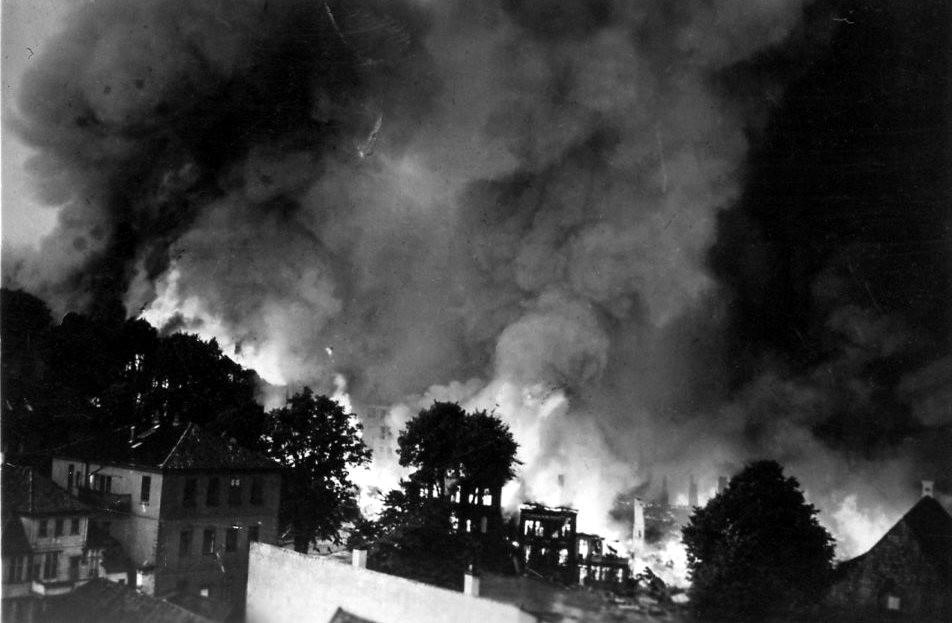 Her ser vi husene på norde del av Tollbodallmenningen brenne. Foto: Fra Britt Seter sitt album / Fotomuseum.bergen360.no