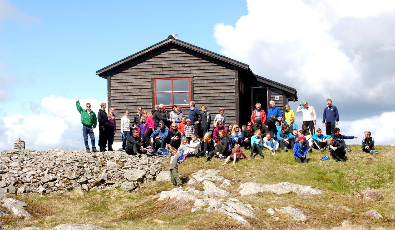 Her er den fine gjengen som gikk tur til Nordnes-hytten på 70-årsdagen for idrettslaget. Foto: Maria Prestmo