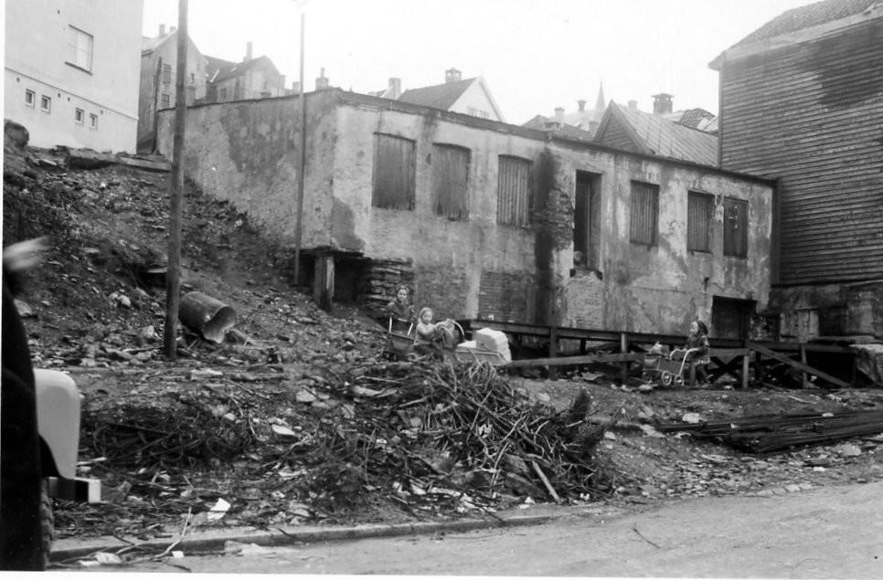 """Bakeriet. Nordnesgaten 20. Bak på fotoet står der """" Bakbygning der som bakeriet var """" Fra Petter Lie-Nielsen sin samling/ Fotomuseum.bergen360.no"""