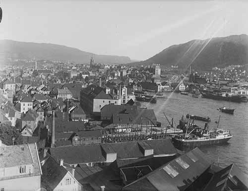 Dette bildet er tatt mellom 1918 og 1930 og viser området fra Dikkedokken og mot Nøstet. Foto: Olai Schumann Olsen/ Uib billedsamlingen