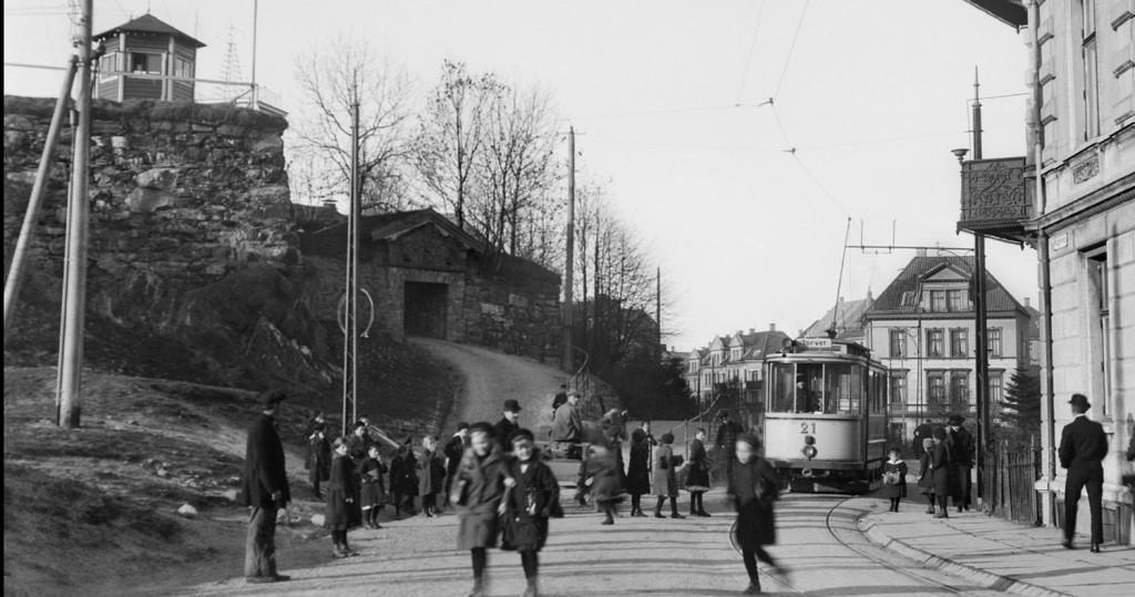 Her er vogn nummer 21 like etter åpningen av linjen i 1915. Skinnene du ser her er sannsynligvis de samme som dukket opp under arbeid nylig i Haugeveien. Foto: K. Knudsen & Co./ Uib