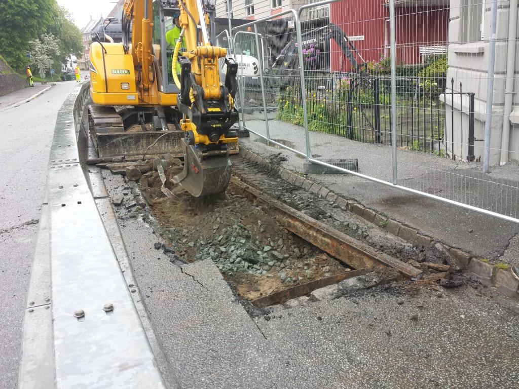 Rett under asfalten ligger de gamle trikkeskinnene. De skal få bli liggende. Foto: Eva Johansen
