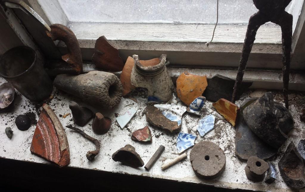 Gammel keramikk og annet ubestemmelig er en del av det de har funnet i huset. Foto: Eva Johansen