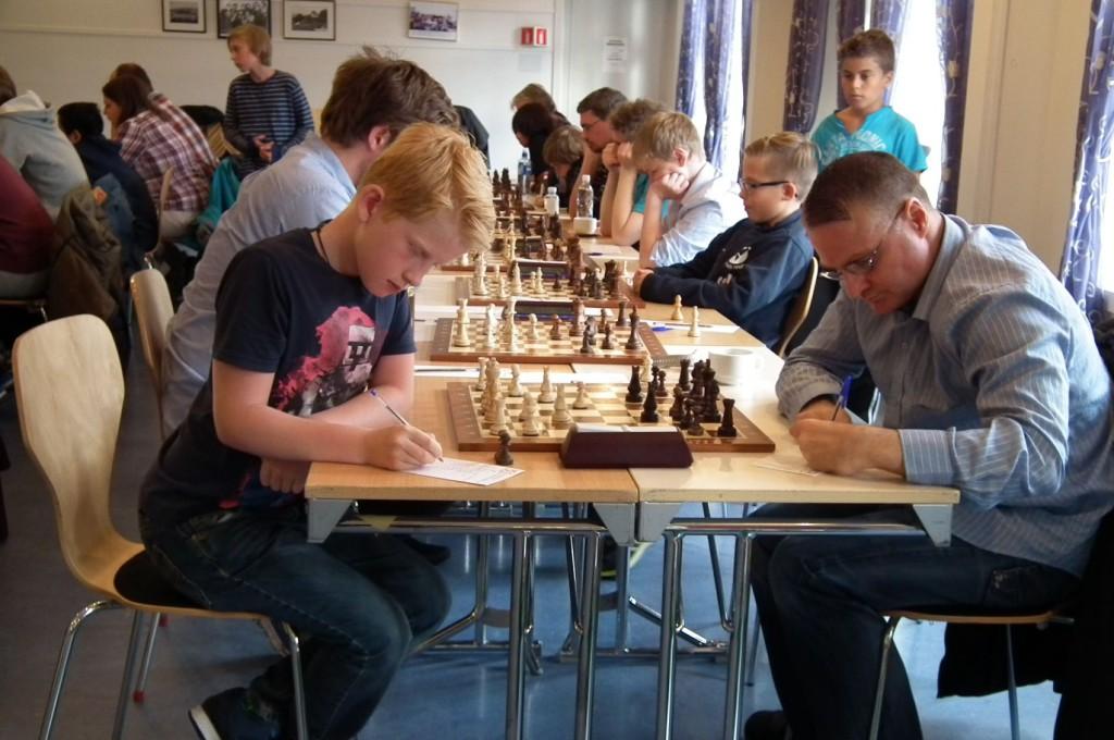 35 sjakkspillere har inntatt 2. etasje av Nordnes bydelshus. Foto: Eva Johansen