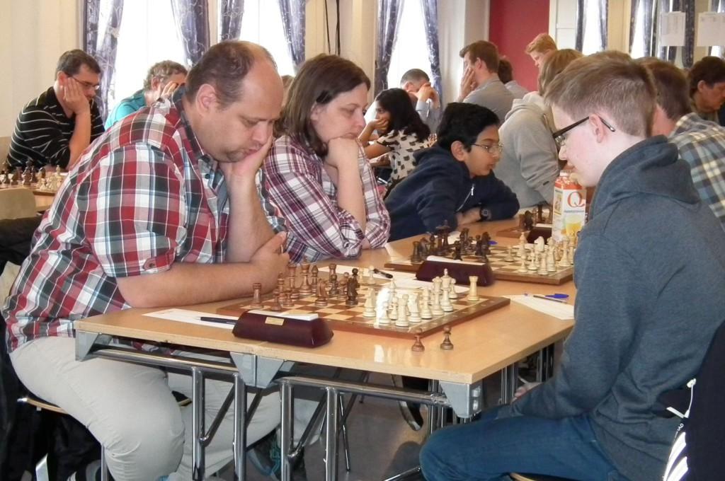 Fra venstre: Ekteparet Stormester Maxim Turov og Internasjonal mester Irina Turova er å finne på Nordnes bydelshus i disse dager. Foto: Eva Johansen