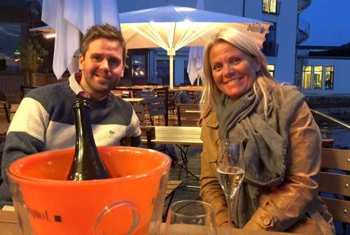 Det har vært få varme sommerkvelder i Bergen i år. Her utnytter Eivind en av sommerkveldene sammen med sin tante, Bodil Nævdal. Foto: Privat