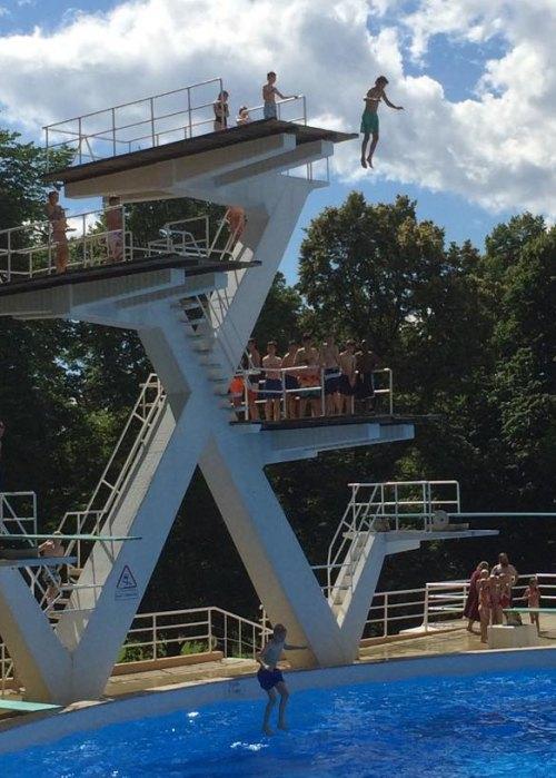 Blant de tøffeste!  Georg hopper fra 10-meteren i Frognerbadet. Foto: Privat