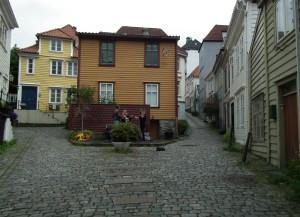 Her på denne lille plassen midt i Knøsesmauet blir det liv og røre på lørdag. Foto: Eva Johansen