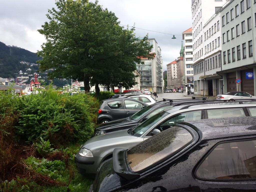 Tirsdag morgen var det ingen bobiler som opptok soneparkeringsplassene ytterst i C. Sundtsgate. Foto: Eva Johansen