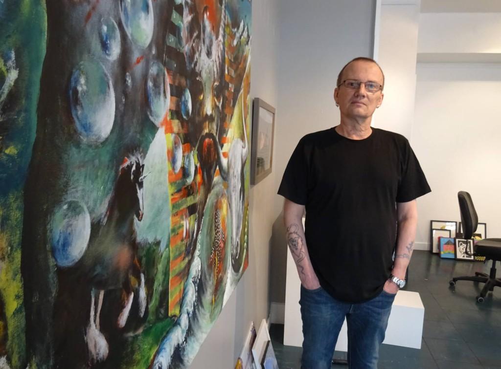 Bjørn Hølbakken (60) har to verk på utstillingen Jubel ved Galleri Vox. Se nederst for historien om bildet. Foto: Eva Johansen