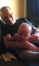 Bjørn med barnebarnet.