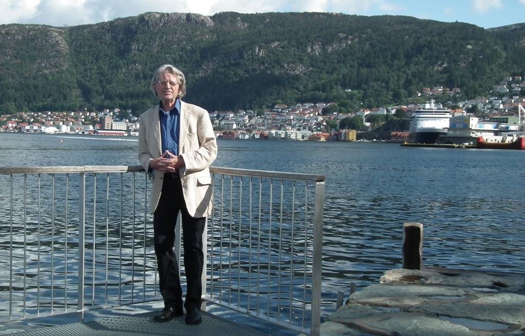 """Kjell Nylund er opptatt av fornybar energi. Her på """"Ballangen"""" har han gått mye som barn. Foto: Eva Johansen"""