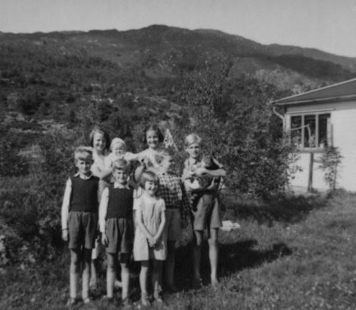 Her ser vi Kjell Nylund til venstre i ca 1949. Bildet er tatt på Hylkje. Foto: Privat