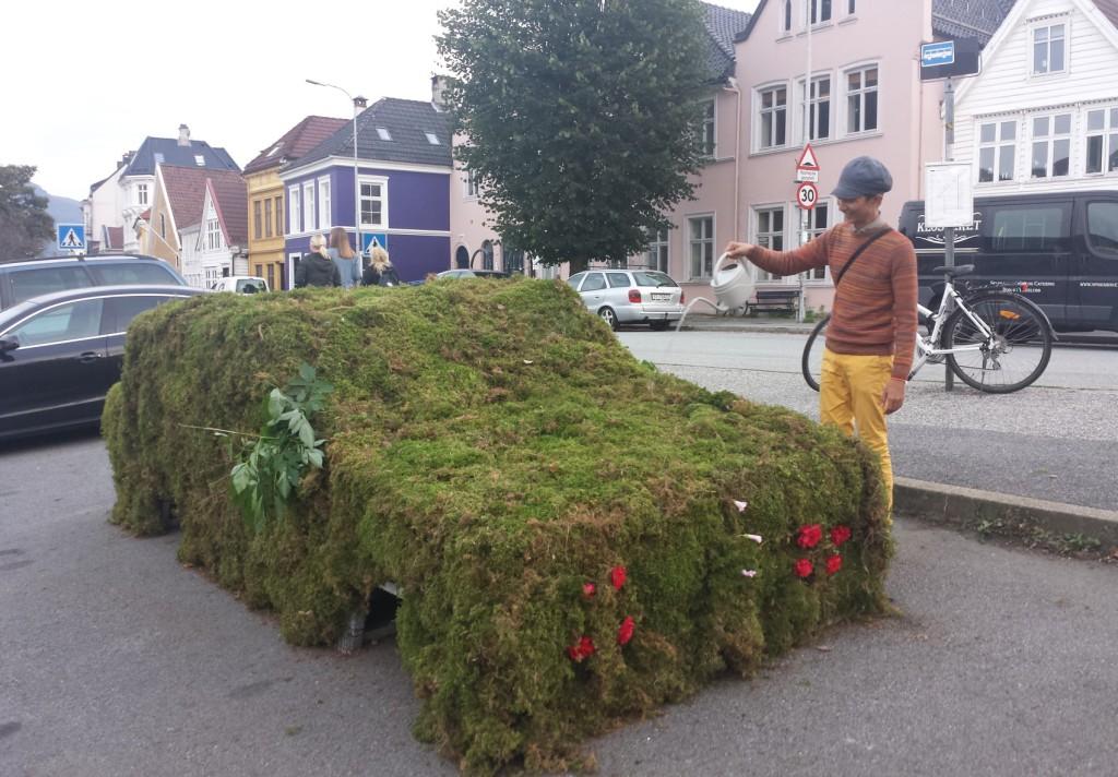 I fjor på Park(ing) Day kunne du se en gresskledd bil på parkeringplassen på Klosteret. Foto: Eva Johansen