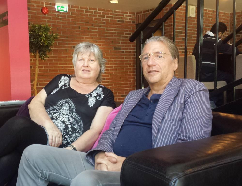 Randi Fasmer og Kjetil Egeland graver i historien til Nordnes skoles musikkorps. Foto: Eva Johansen