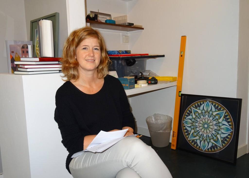 Arbeidsleder Nina Grieg er i full gang å montere utstillingen sammen med kunstnerne. Foto: Eva Johansen