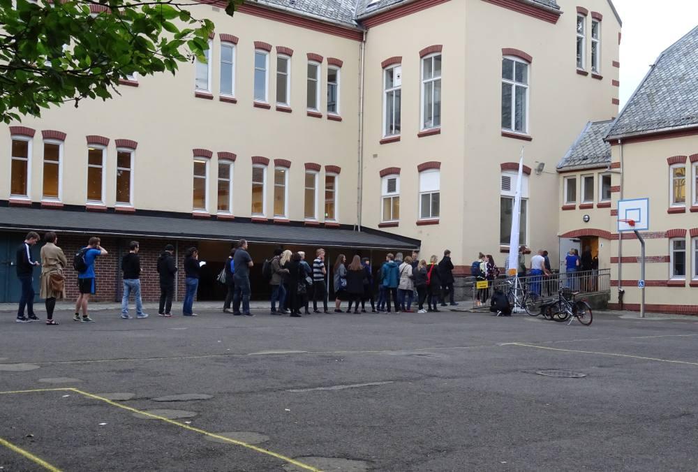 Utpå kvelden ble det kø for å avgi sin stemme ved Nordnes skole. Foto: Eva Johansen
