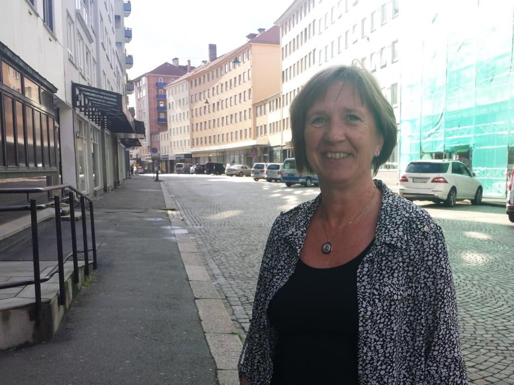 Her i Strandgaten skjer det endringer, som Eva Vandeskog vil at velforeningen skal engasjere seg i. Foto: Eva Johansen