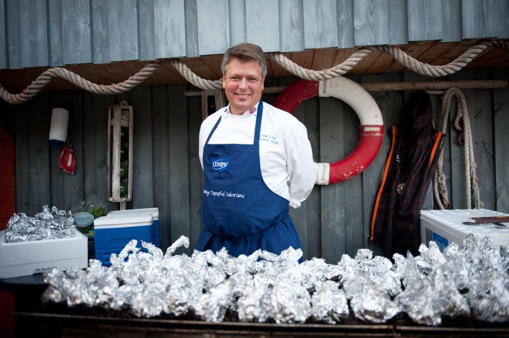 Kokken Fredrik Hald serverer deg fisk på Akvariet på søndag, og håper du vil gi til TV-aksjonen. Foto: Lerøy