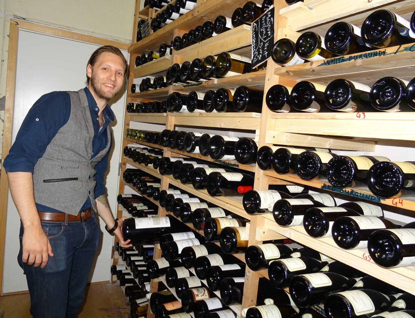 Simon jobber med Norges nest største vinkjeller. Foto: Eva Johansen