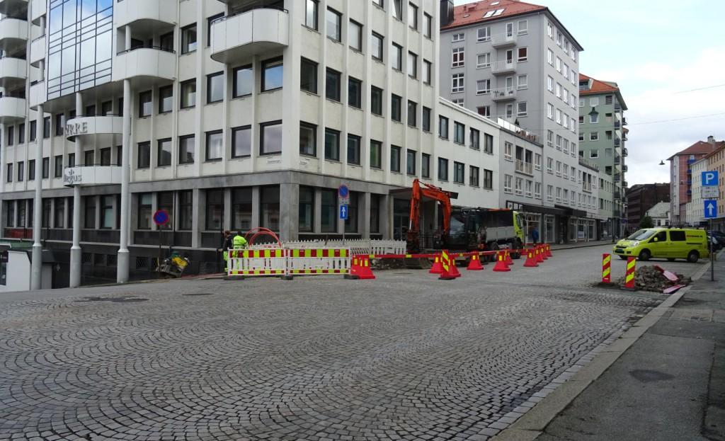 Her ved Tollboden kommer de en ny lyktestolpe for å forbedre belysningen i området. Foto: Eva Johansen