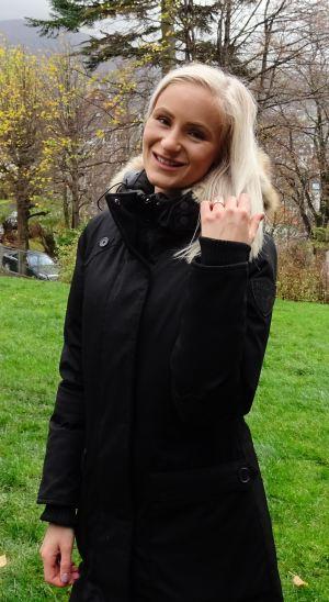 Seline er veldig fornøyd med å bo på Nordnes. Foto: Eva Johansen