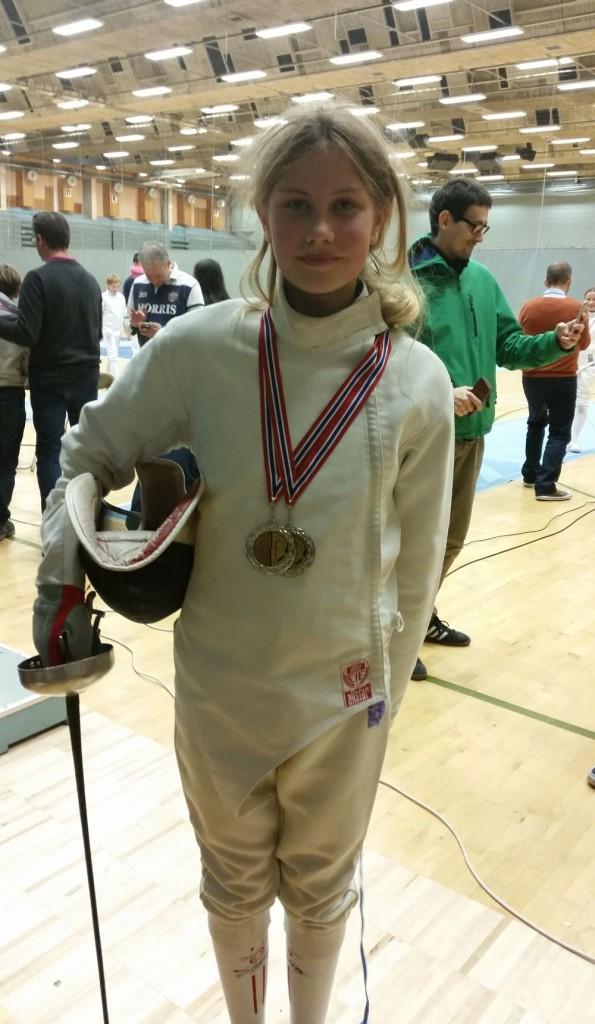 """Vilde Rislå Tengesdal tok en gull og to sølv på de to dagene cupen varte. Den ene gullet og sølvet var i ren jenteklasse, hvor det søndag ble et skikkelig """"Nordnes-oppgjør"""". Andrea stakk av med seieren over Vilde, med en fekter fra Bygdø/Oslo på 3. plass. Foto: Privat"""