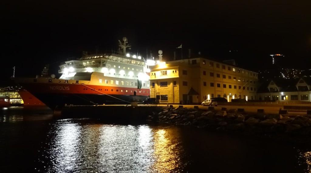 Her ligger Hurtigruten Nordlys til kai ved Tollboden på søndag. Foto: Eva Johansen